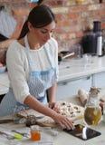 odizolowywający nad białą kobietą backgroung kucharstwo zdjęcie stock