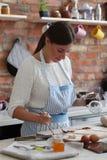 odizolowywający nad białą kobietą backgroung kucharstwo obrazy stock