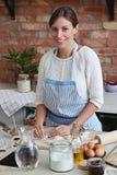 odizolowywający nad białą kobietą backgroung kucharstwo obraz stock
