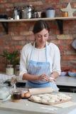 odizolowywający nad białą kobietą backgroung kucharstwo fotografia stock