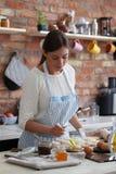 odizolowywający nad białą kobietą backgroung kucharstwo obrazy royalty free