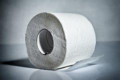 odizolowywający nad papierowej rolki toaletowym biel Fotografia Royalty Free