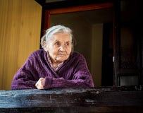 odizolowywający nad portreta seniora białą kobietą obraz stock