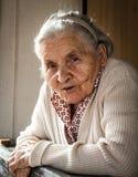 odizolowywający nad portreta seniora białą kobietą obrazy stock