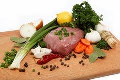 Odizolowywający surowy mięso warzywa i pikantność. Fotografia Stock