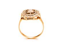 Odizolowywający złoty pierścionek obrazy royalty free