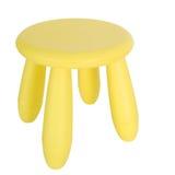 Odizolowywający na biel mały żółty plastikowy krzesło Obrazy Stock