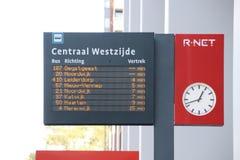 Odjazd deska autobusy przy Leiden centrali stacją R-NET w holandiach obrazy royalty free