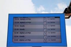 Odjazd deska na stacyjnym Waddinxveen Triangel R-NET, zaświeca poręcza pociąg pośrodku alphen i gouda zdjęcie stock