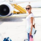 Odjazd - młoda kobieta przy lotniskiem zdjęcie royalty free