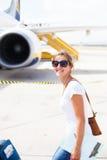 Odjazd - młoda kobieta przy lotniskiem obrazy royalty free