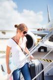 Odjazd - młoda kobieta przy lotniskiem zdjęcia stock