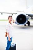 Odjazd - młoda kobieta przy lotniskiem zdjęcia royalty free