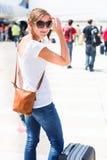 Odjazd - młoda kobieta przy lotniskiem Obraz Stock