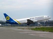 Odjeżdżania Ukraine International Airlines Boeing 737-400 samolot obrazy stock