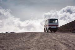 Odjeżdżanie autobus od Torre Del Filosofo na górze Etna fotografia royalty free