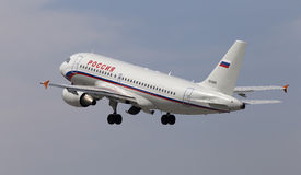 Odjeżdżanie Rossiya - Rosyjski linii lotniczej Aerobus A319-111 samolot Fotografia Stock