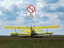 Odjeżdżanie samolot na trawiastym polu i żadny truteń etykietce zdjęcie royalty free