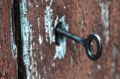 Odkrywać antycznego tajnego drewnianego drzwi Fotografia Stock