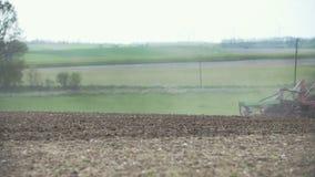 Odla bakgrund Skörda fältet Jordbruks- traktor som plogar fältet lager videofilmer