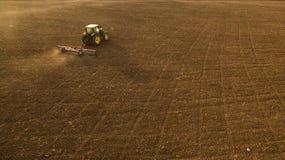 Odla för traktor och hemskt fält Arkivbild