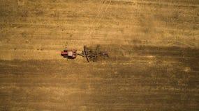 Odla för traktor och hemskt fält på vårsäsongen Fotografering för Bildbyråer