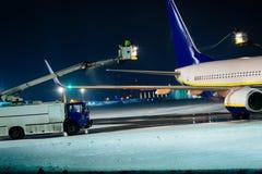 Odladzanie pasażerski samolot podczas ciężkiego śniegu obraz stock