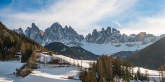 Odle och val di Funes i vinter med snö Arkivbilder