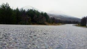 Odległa góra obserwująca od drogi fotografia stock