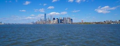 Odległa Manhattan linia horyzontu - 1, 2017 - widok od Hudson rzeki MANHATTAN, NOWY JORK, KWIECIEŃ - Obrazy Royalty Free