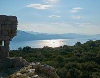 Odległe góry i wzgórza patrzeje błękitny w jaskrawym słonecznym dniu fotografia royalty free