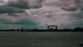 Odległy widok Jeziorny przełożony w Duluth Minnestoa i Duluth dźwignięcia Powietrzny most obrazy royalty free