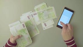 odliczająca kobieta wręcza pieniądze zbiory wideo