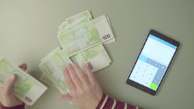 odliczająca kobieta wręcza pieniądze zdjęcie wideo