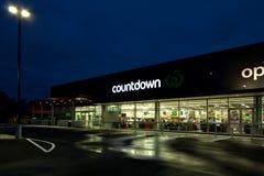 Odliczanie sklepu spożywczego supermarket zaświecał up na dżdżystej nocy Obrazy Royalty Free