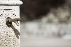 Odludna fontanna w wiejskim środowisku obrazy stock