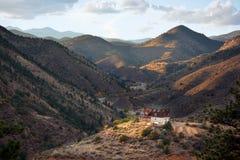 Odludny dom Na górze góry Zdjęcie Royalty Free