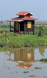 Odludny dom na Inle jeziorze z żółtym drzwi Obrazy Royalty Free