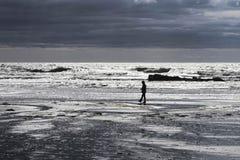 Odludny mężczyzna na plaży zdjęcie royalty free