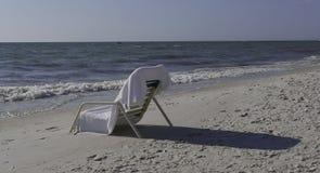 Odludny plażowy krzesło Obraz Stock
