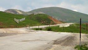 Odludny samochodowy jeżdżenie w Irańskich górach zbiory