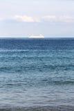 Odludny statek wycieczkowy w oceanie Obrazy Royalty Free