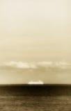 Odludny statek wycieczkowy w oceanie, marzycielskim Fotografia Stock