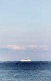Odludny statek wycieczkowy w oceanie, marzycielskim Zdjęcie Stock