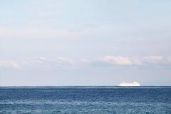 Odludny statek wycieczkowy w oceanie, marzycielskim Zdjęcie Royalty Free