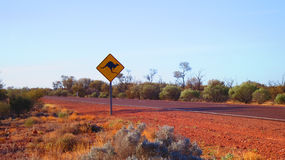 Odludzia Austrlalia kangura droga śpiewa w czerwonej centrum pustyni Zdjęcia Stock