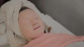 Odmłodnieć maskę na twarzy młoda dziewczyna w piękno salonie zbiory wideo