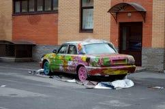 Odmalowywał samochód w jardzie Zdjęcia Royalty Free