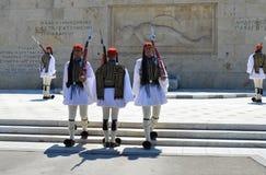 Odmienianie Ceremonialna elita piechota Evzones blisko parlamentu w Ateny, Grecja na Czerwu 23, 2017 fotografia stock