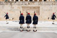 Odmienianie gwardia prezydencka dzwonił Evzones przy zabytkiem Niewiadomy żołnierz, obok Greckiego parlamentu, Syntagma obraz stock